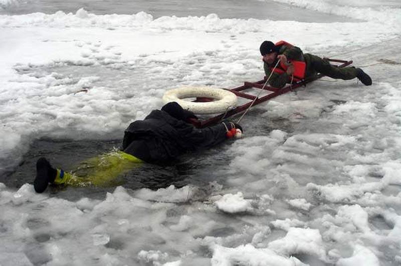 Соблюдайте технику безопасности на льду лед, но